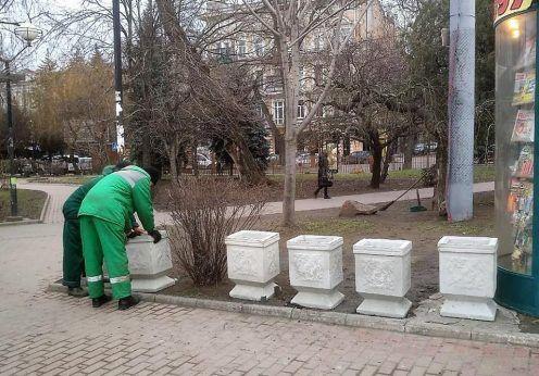 Установка цветочных вазонов на Привокзальной площади в Одессе