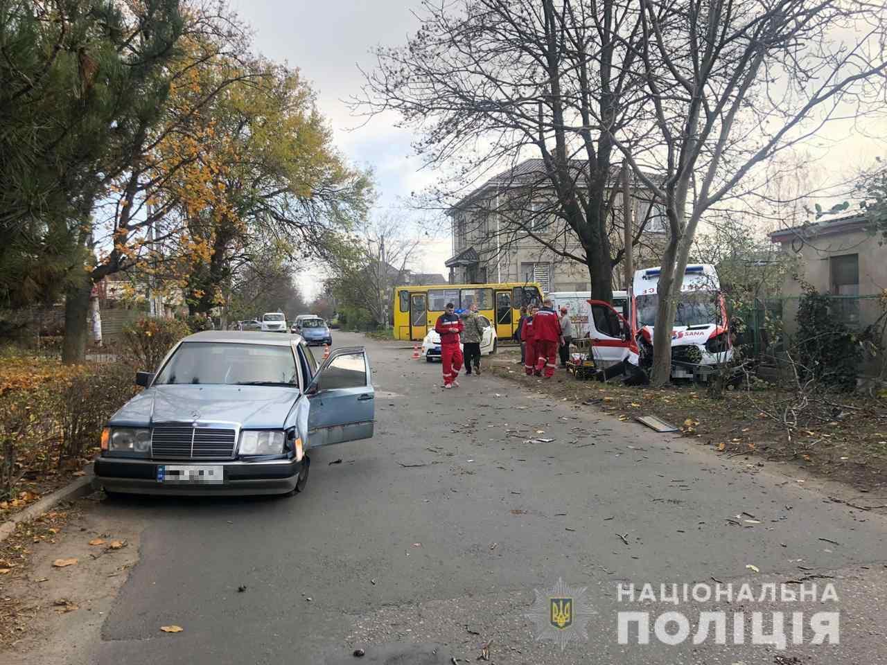 В Одессе автомобиль скорой влетел в дерево — четверо пострадавших