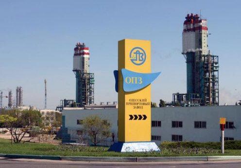Одесский припортовый завод продолжает работать и даже повышает зарплаты сотрудникам
