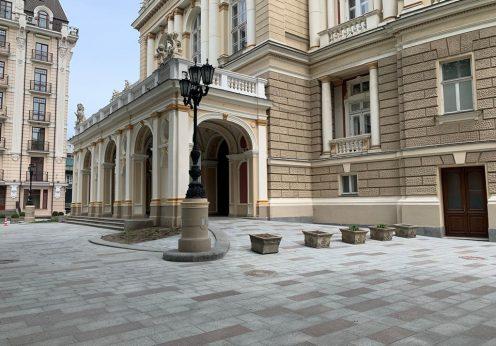 Возле Одесского оперного театра обновили плиточное покрытие