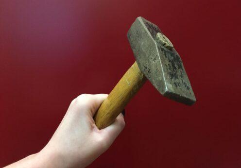 Женщина избила односельчанку молотком