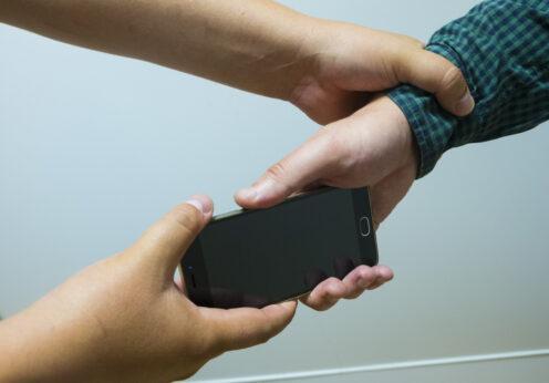 подростки отобрали телефон у мальчика